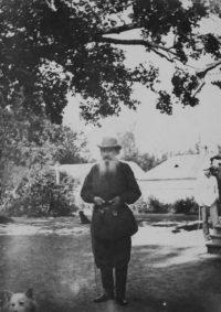 LNTI 1.06 L.N. Tolstoï dans la cour