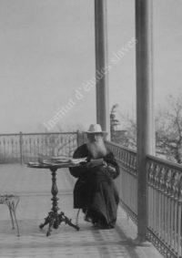 LNTI 1.25 L.N. Tolstoï lisant sur la terrasse du domaine de Gaspra