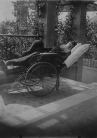LNTI 1.26 L.N. Tolstoï en fauteuil roulant sur la terrasse du domaine de Gaspra