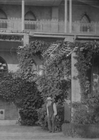LNTI 1.27 L.N. Tolstoï sous la pergola de la villa de Gaspra