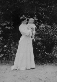 LNTI 1.33 Sofia Tolstoï tenant dans ses bras un bébé
