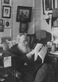 LNTI 2.37 L.N. Tolstoï dans son salon lisant