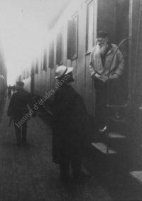LNTI 2.40 L.N. Tolstoï à bord d'un train discutant avec V.G. Tchertkov