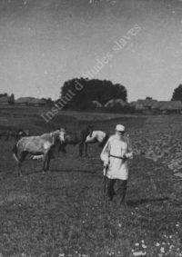 LNTI 2.46 L.N. Tolstoï marchant le long d'un champ labouré près du village