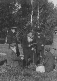 LNTI 2.56 L.N. Tolstoï lisant entouré d'adultes et d'enfants
