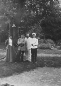 LNTI 3.29 Sofia Tolstoï avec des amis sous l'arbre des pauvres