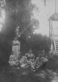 LNTI 3.35 L.N. Tolstoï en famille près de la tour de guet
