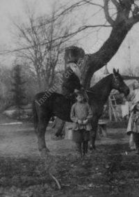 LNTI 4.05 L.N. Tolstoï à cheval devant l'arbre des pauvres avec Sofia Tolstoï, Dusan Makovicky et un groupe d'enfants