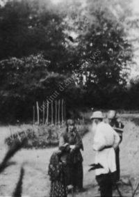 LNTI 4.09 L.N. Tolstoï et des paysans dans le parc