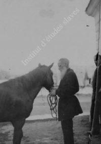 LNTI 4.11 L.N. Tolstoï tenant la longe de son cheval avec son fils Ilya et sa fille Tatiana