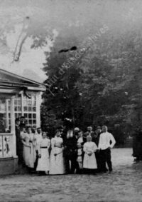 LNTI 4.21 L.N. Tolstoï en famille devant la maison de Iasnaïa Poliana