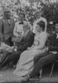 LNTI 4.39 L.N. Tolstoï assis sur un banc entouré de sa famille et de proches