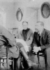 LNTI 4.42 L.N. Tolstoï discutant avec deux proches
