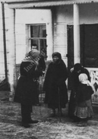 LNTI 5.32 Paysans devant la maison de L.N. Tolstoï