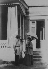 LNTI 5.33 L.N. Tolstoï avec Anna Tchertkov devant la maison