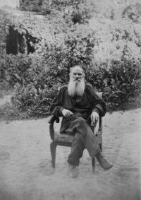 LNTI 5.41 L.N. Tolstoï assis dans le jardin