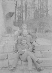 LNTI 7.01 Sergueï Tolstoï, Stepan Bers et Mikhaïl Stakhovitch sur les marches du perron