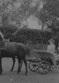 LNTI 7.05 Deux femmes dans une carriole