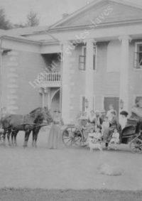 LNTI 7.09 La famille Tolstoï prête à partir en promenade