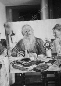 LNTI 7.14 Sofia Tolstoï devant le double portrait de L.N. Tolstoï et d'elle peint par elle-même