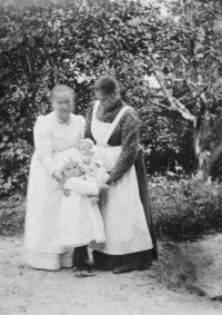 LNTI 7.21 Liovka tenant dans ses bras un nourrisson