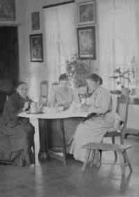 LNTI 7.25 Trois femmes autour d'une table