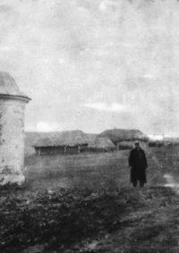 LNTI 7.26 Ilya Tolstoï devant l'entrée du domaine de Iasnaïa Poliana