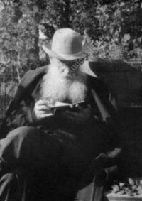 LNTI 7.29 L.N. Tolstoï lisant dehors