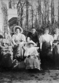 LNTI 7.32 La famille Tolstoï sur le perron de la maison