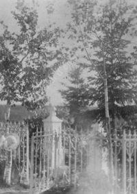 LNTI 7.33 Sofia Tolstoï devant la tombe de ses enfants Pierre et Nicolas