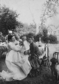 LNTI 7.37 Sofia Tolstoï avec son fils Vanetchka et sa sœur Tatiana Kouzminski avec son fils Mitia