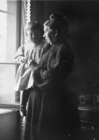 LNTI 7.40 Sofia Tolstoï tenant dans ses bras un enfant