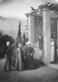 LNTI 7.41 La famille Tolstoï devant la villa de Gaspra
