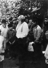 LNTI 8.02 L.N. Tolstoï au milieu de paysans et de travailleurs