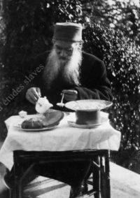 LNTI 8.08 L.N. Tolstoï en train de petit-déjeuner sur la terrasse