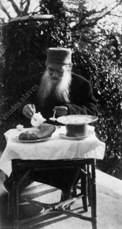 L.N. Tolstoï en train de petit-déjeuner sur la terrasse