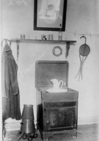 LNTI 8.09 Objets personnels de Tolstoï dans un coin de sa chambre