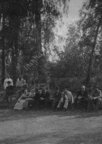 LNTI 8.18 La famille Tolstoï et des invités près du court de tennis