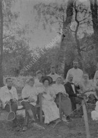 LNTI 8.21 L.N. Tolstoï en famille avec des invités près du court de tennis