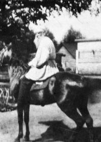 LNTI 8.24 L.N. Tolstoï à cheval