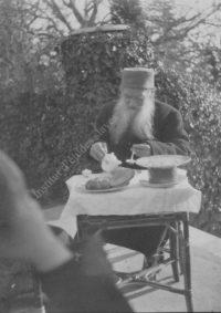 LNTI 1.15 L.N. Tolstoï en train de petit-déjeuner sur la terrasse
