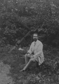 LNTI 1.19 S.S. Abamelek-Lazarev assis dans la forêt