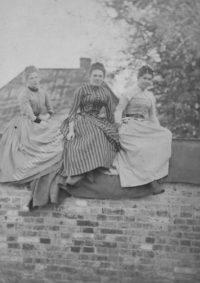 LNTI 1.39 Maria et Tatiana Tolstoï avec leur cousine Maria Kouzminski