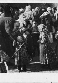 LNTI 2.20 Lev Nikolaevitch au milieu d'enfants paysans
