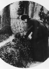 LNTI 3.25 S.A. Tolstoï dépose des fleurs sur la tombe de L.N. Tolstoï