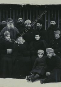 LNTI 4.01 L.N. Tolstoï et V.G. Tchertkov entourés d'un groupe de tolstoïens
