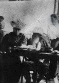LNTI 4.04 L.N. Tolstoï, Sofia Tolstoï et Anton Tchekhov sur la terrasse