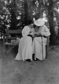 LNTI 4.06 L.N. Tolstoï avec sa fille Maria sur un banc