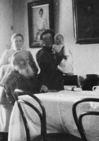 LNTI 4.08 L.N. Tolstoï avec sa fille Tatiana tenant dans ses bras un nourrisson