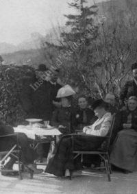 LNTI 4.22 L.N. Tolstoï entouré de sa famille sur la terrasse à Gaspra
